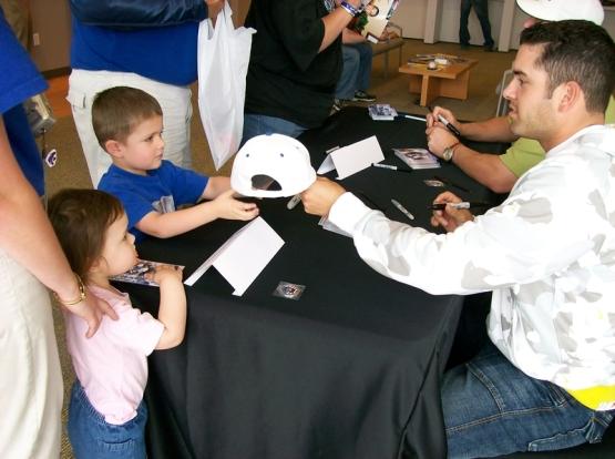 2007_dejesus_signing_hat