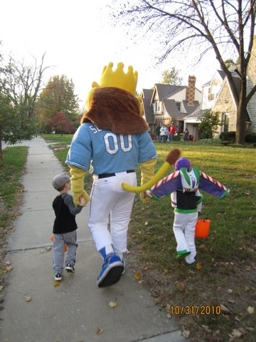 Sluggerrr_Trick_or_Treat_with_Kids.JPG