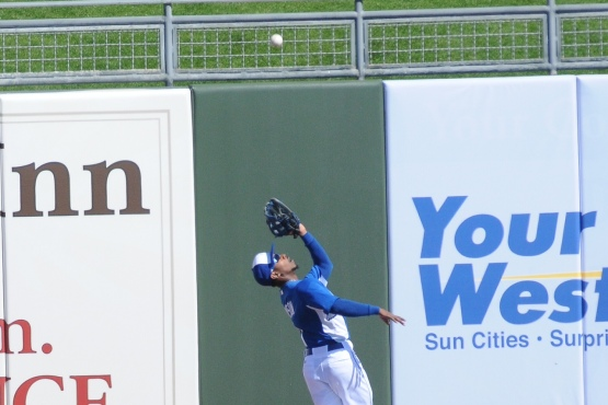 Jarrod Dyson tracks down a fly ball.